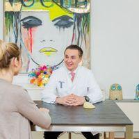 Brustvergrößerung und die natürliche Form -  Ein Experteninterview mit Prof. Dr. Ticlea