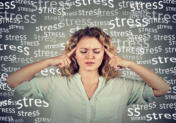 Frau leidet unter viel Stress.