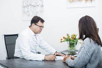 Beratungsgespräch durch leitenden Arzt Dr. Hankiss (Facharzt für Plastische Chirurgie)