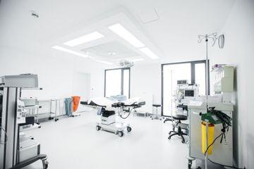 Operationssaal für die Behandlungen beim Ästhetik Team Nürnberg, hochmodern und sicher