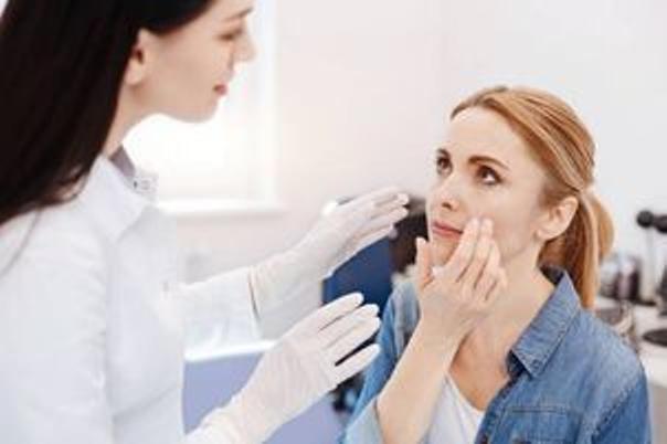 Beim ersten Besuch wird der Spezialist Ihre Haut beurteilen und Kontraindikationen ausschließen