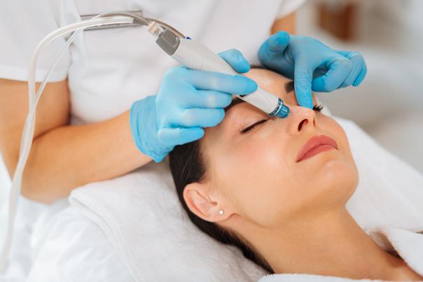 Patientin in der Behandlung des Microneedlings