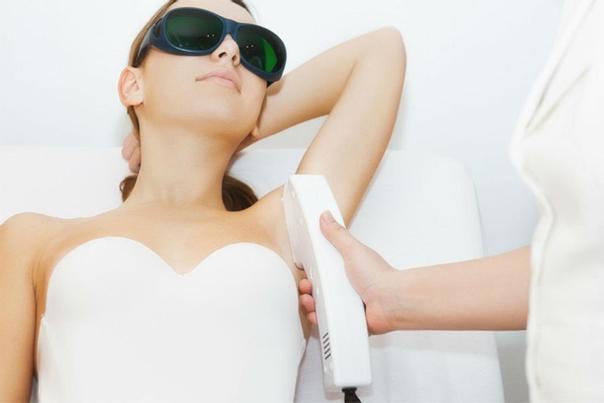 Der Laser zerstört die Haarwurzel, sodass dies dauerhaft eliminiert wird