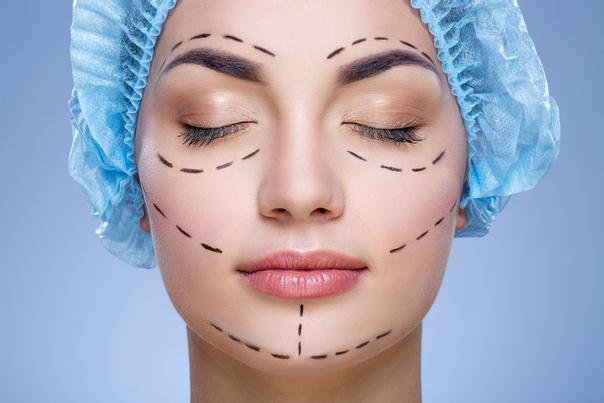 Je nach Befund können Filler oder chirurgische Methoden zum Ausgleich der Gesichtsasymmetrie eingesetzt werden