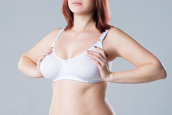 Zu große Brüste führen oft zu körperlichen Problemen und auch verringertem Selbstbewusstsein