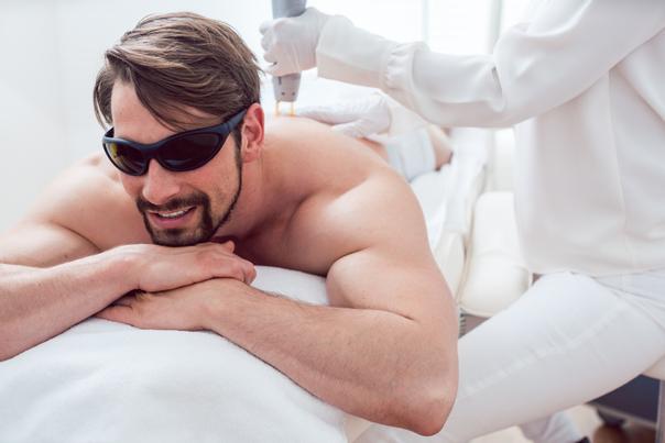 Männer lassen sich vor allem ihre Haare am Rücken dauerhaft entfernen