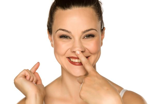 Mögliche Komplikationen und Risiken bei der Nasenkorrektur ohne OP
