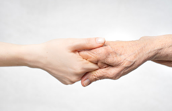 Mit dem Alter wird die Haut unserer Hände trocken und faltig