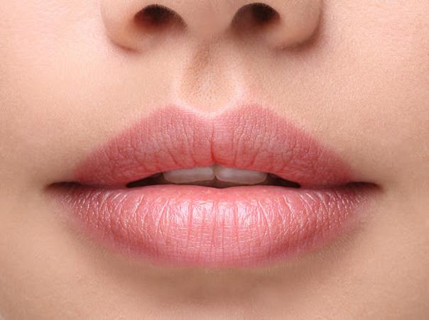 Der operative Eingriff der Lippenverkleinerung ist unkompliziert und schmerzlos -  Dr. med. Timo Spanholtz