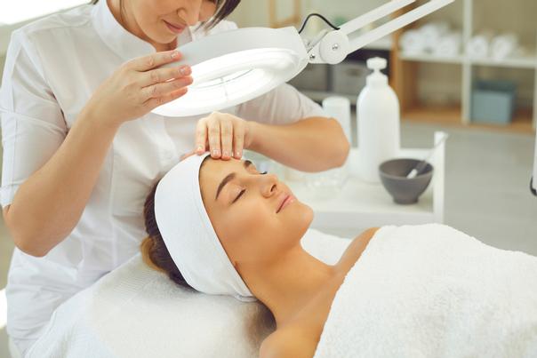 Kosmetikerin untersucht Haut