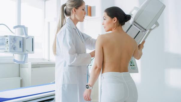 Ein Plastischer Chirurg wird Sie über eine mögliche Brustverkleinerung aufklären