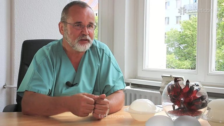 """Warum werden die Schamlippenkorrekturen häufig mit der """"genitalen Verjüngung"""" gleichgesetzt? Werden die Patientinnen damit jü"""